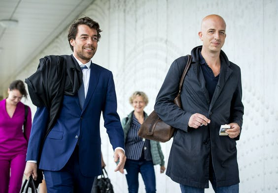 Advocaten Laura ter Steeg, Juriaan de Vries, Benedicte Ficq en Christian Flokstra (vlnr) verlaten de extra beveiligde rechtbank op Schiphol na afloop van een zitting in het grote liquidatieproces Marengo.