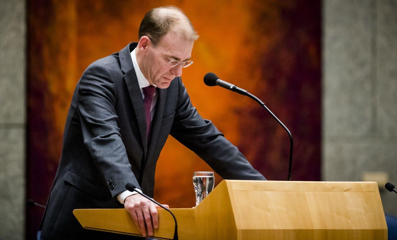 Staatssecretaris Menno Snel van Financien maakt zijn aftreden bekend tijdens een debat in de Tweede Kamer over de door ouders ontvangen dossiers inzake de kinderopvangtoeslagaffaire.