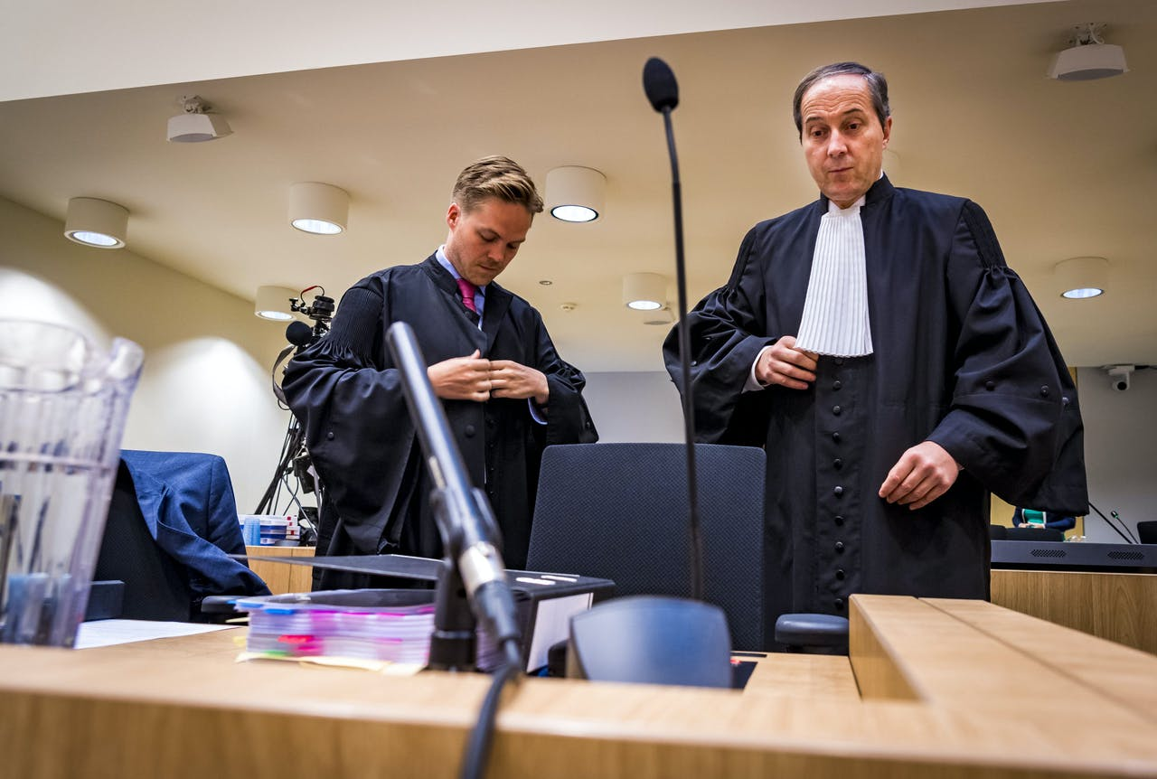 Advocaat Geert-Jan Knoops en zijn medewerker in de rechtbank van Schiphol voor het pleidooi in het minder-Marokkanen-proces tegen Wilders.