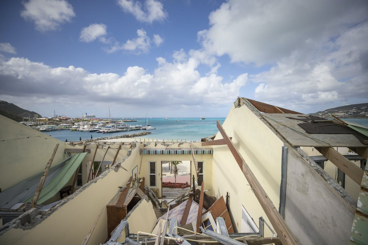 Kamers gezien vanaf het dak in het door de orkaan Irma vernielde Pasanggrahan hotel aan het strand van Great Bay in Philipsburg.