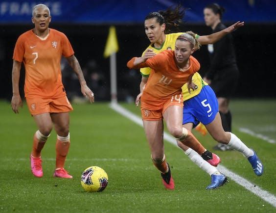 Jackie Groenen aan de bal namens Nederland tegen Brazilië.
