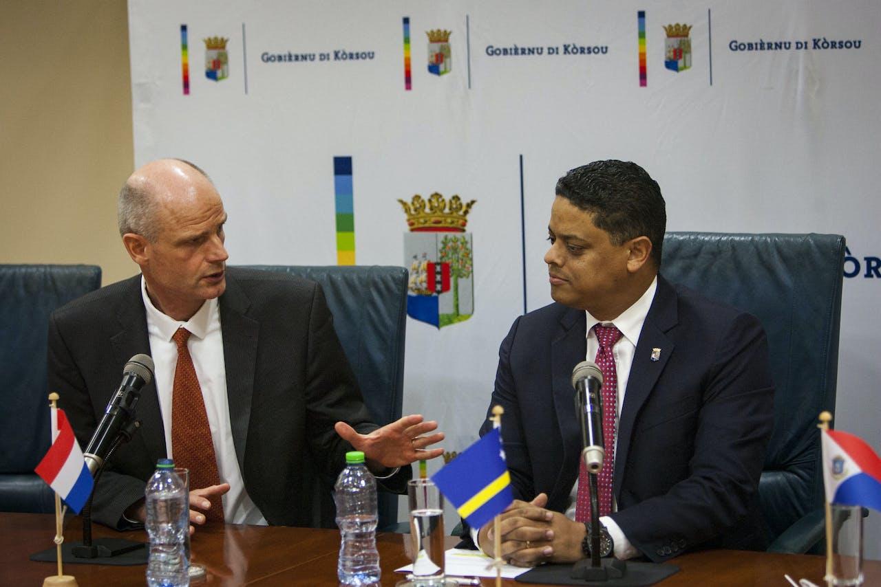 Minister Stef Blok van Buitenlandse Zaken en minister-president Eugene Rhuggenaath van Curaçao in betere tijden.