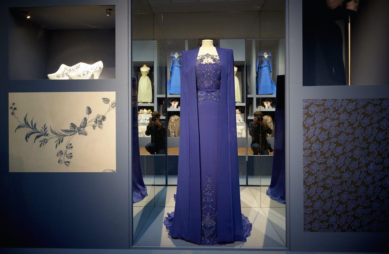 De inhuldigingsjapon van koningin Máxima tijdens de perspreview van Ode aan de Nederlandse mode in het Gemeentemuseum.