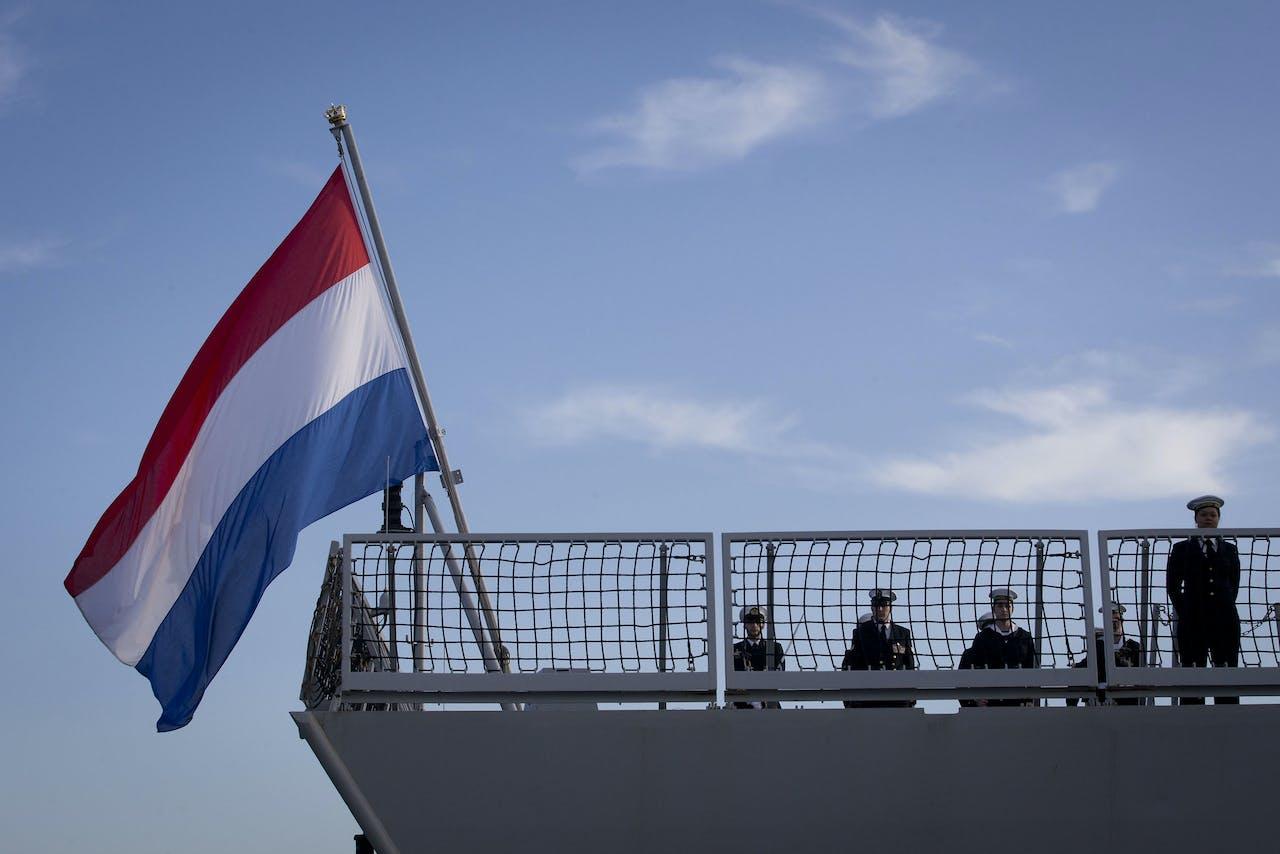 Militairen van de Zr Ms Evertsen staan aangetreden op het dek van het schip.