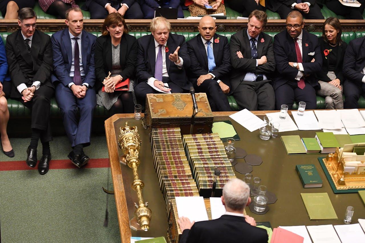 Premier Boris Johnson tegenover zijn grote tegenstander Jeremy Corbyn.