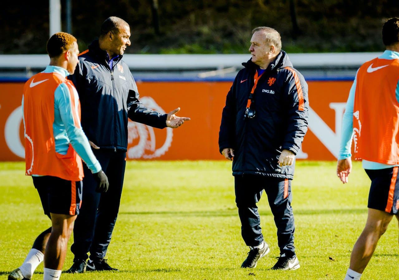 2017-11-07 13:29:15 KATWIJK - Ruud Gullit en Dick Advocaat van het Nederlands elftal tijdens een training op het terrein van Quick Boys. Oranje oefent later deze week in Aberdeen tegen Schotland. ANP REMKO DE WAAL
