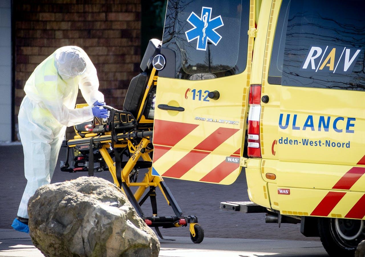 Een ambulance wordt gereinigd na het vervoeren van een patiënt naar het Bernhoven ziekenhuis