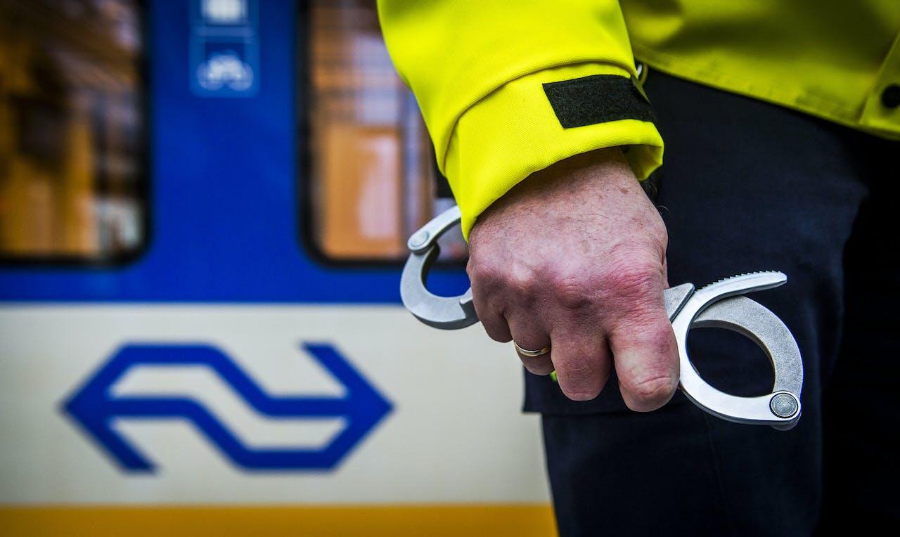 Veiligheid & Service-medewerker van de NS aan het werk op station Den Haag CS.