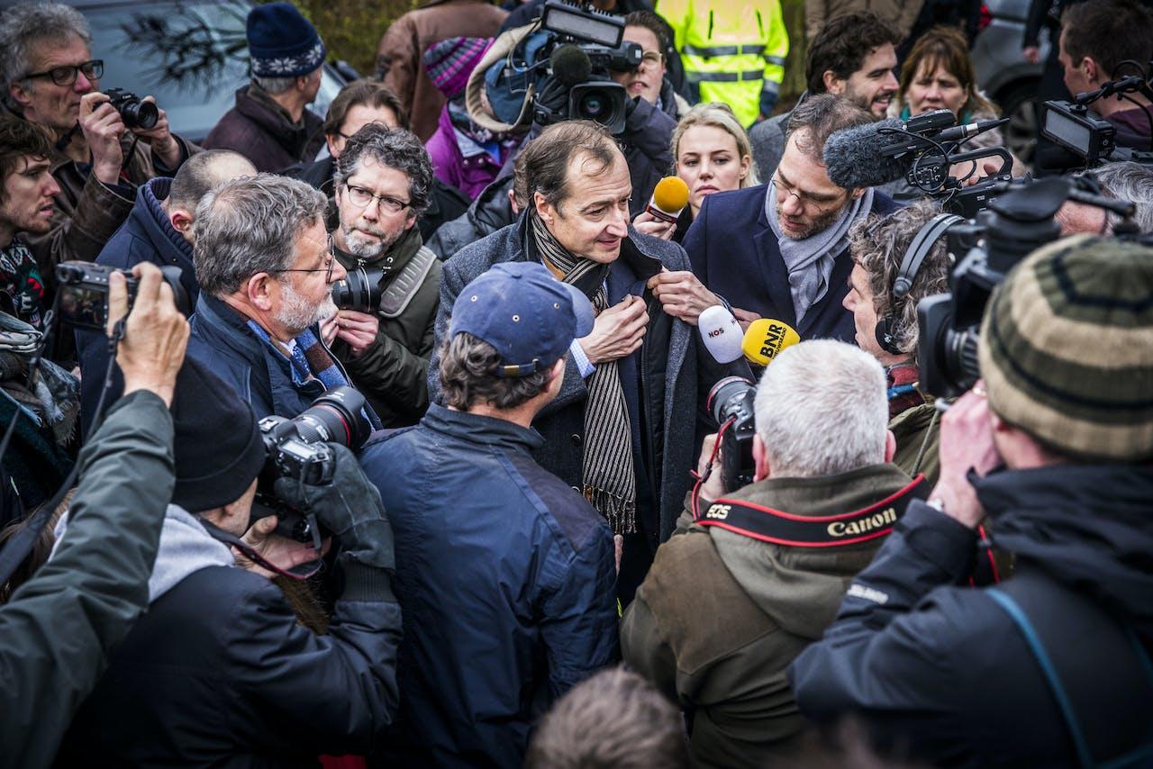Minister Eric Wiebes van Economische Zaken brengt een bezoek aan het aardbevingsgebied in Groningen.
