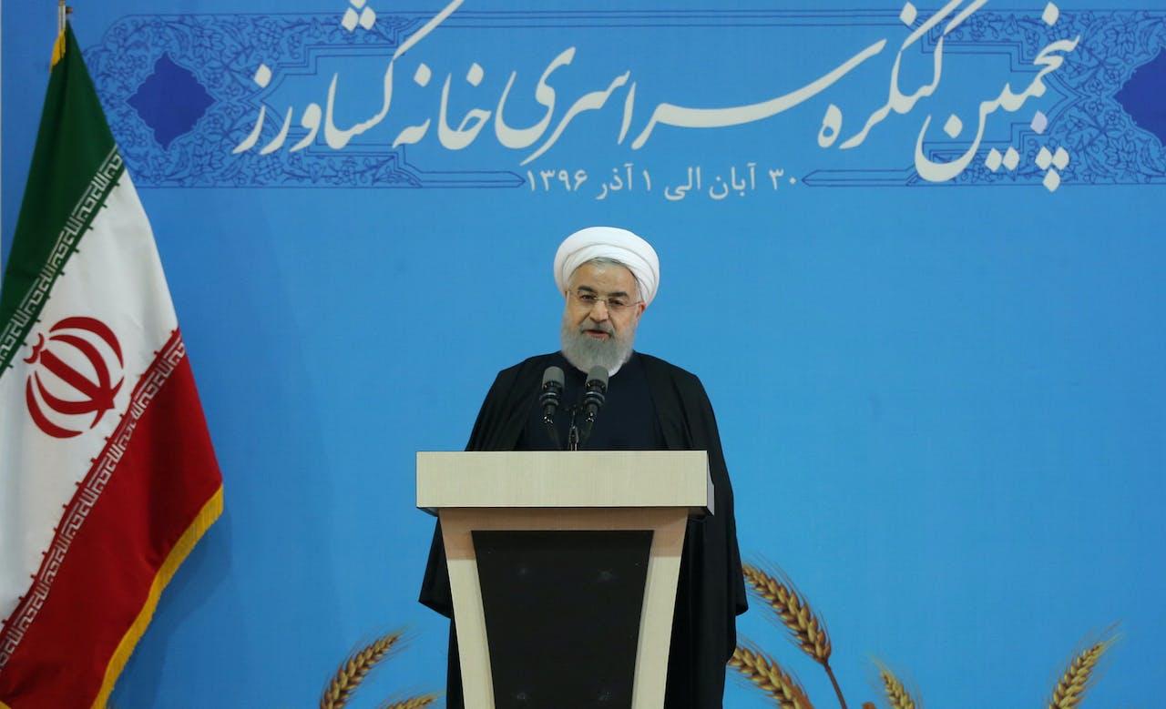 President Hassan Rohani spreekt zijn aanhangers toe.