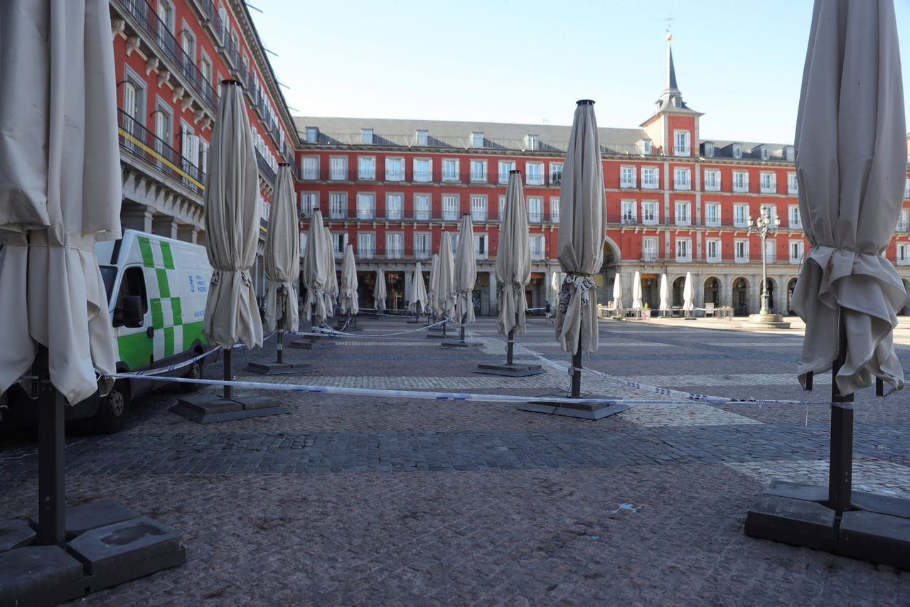 2020-05-10 07:18:53 epa08412753 Bars and terraces remain closed at Plaza Mayor in Madrid, Spain, 10 May 2020. Spain is on phase zero of the de-escalation plan amid the ongoing COVID-19 coronavirus pandemic, while moving to the next stage will depend on the coronavirus situation of each province. EPA/JUANJO MARTIN