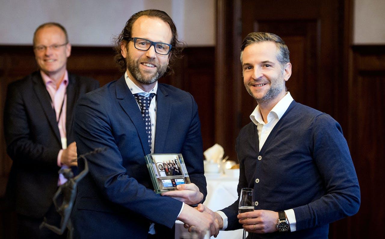 CEO Rens van de Schoor (R) van R&S Retail samen met Maurice van Tilburg (L), CEO Euronext Amsterdam na de beursnotering van R&S Retail.