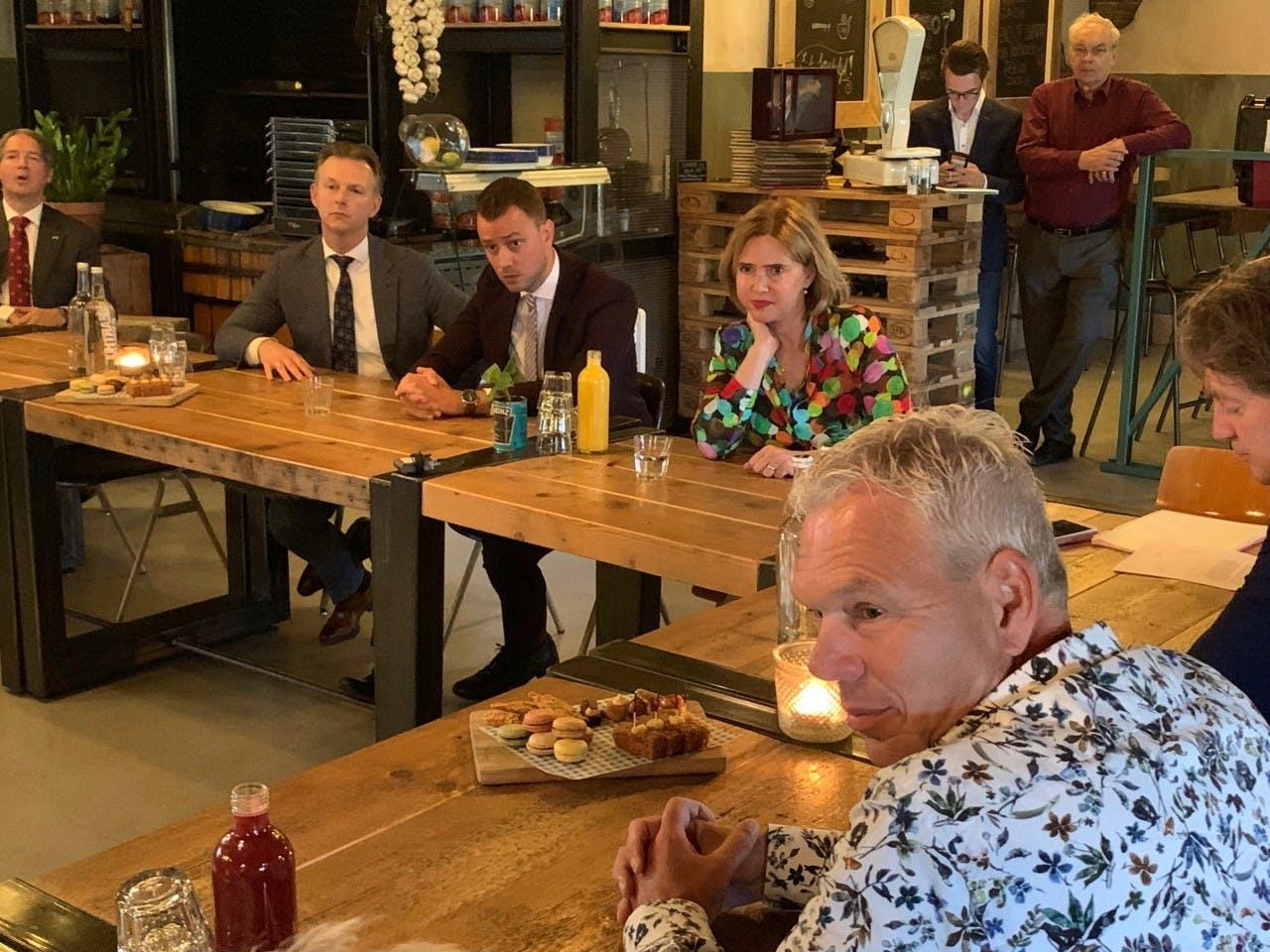 Cora van Nieuwenhuizen is met inwoners van Aalsmeer in gesprek over Schiphol.