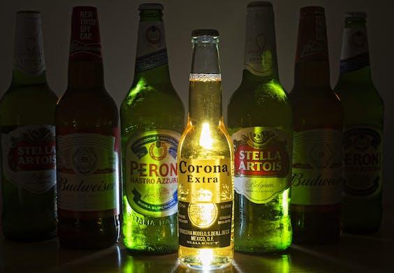 Bierflessen van merken gebrouwen door AB InBev
