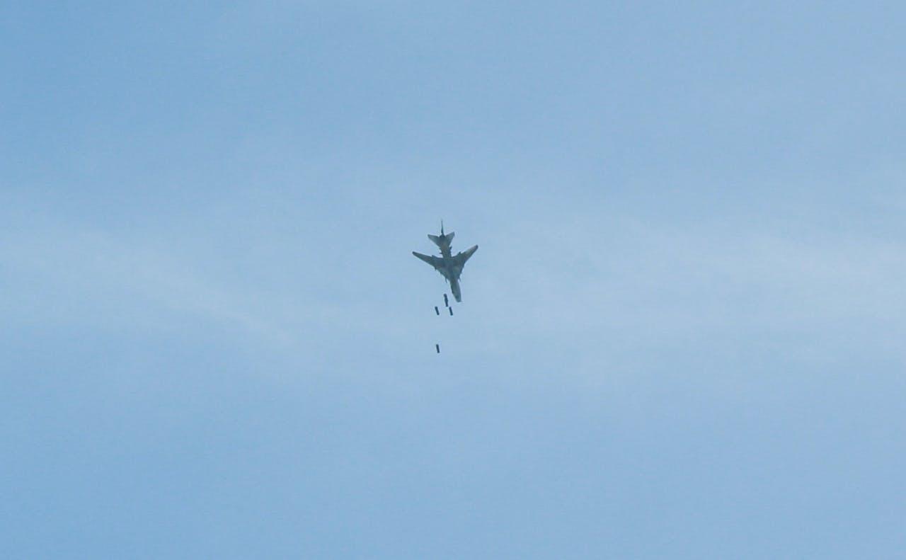 Een vliegtuig van het Syrische leger bombardeert Douma