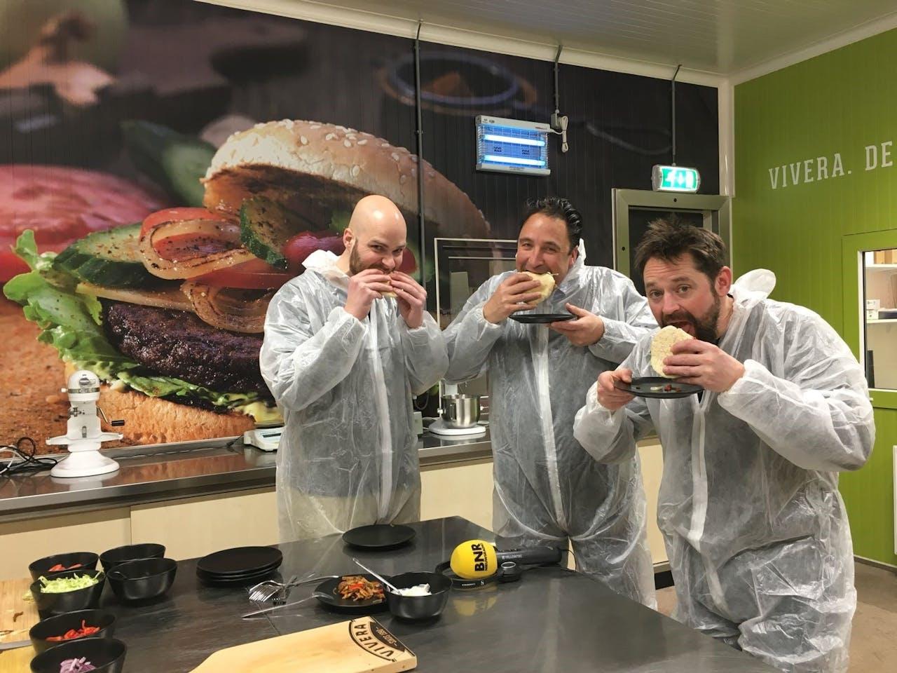 Jeroen Boom (links) en Gert-Jan Gombert (midden) van Vivera - Producent van Vleesvervangers, aan een broodje 'Shoarma'