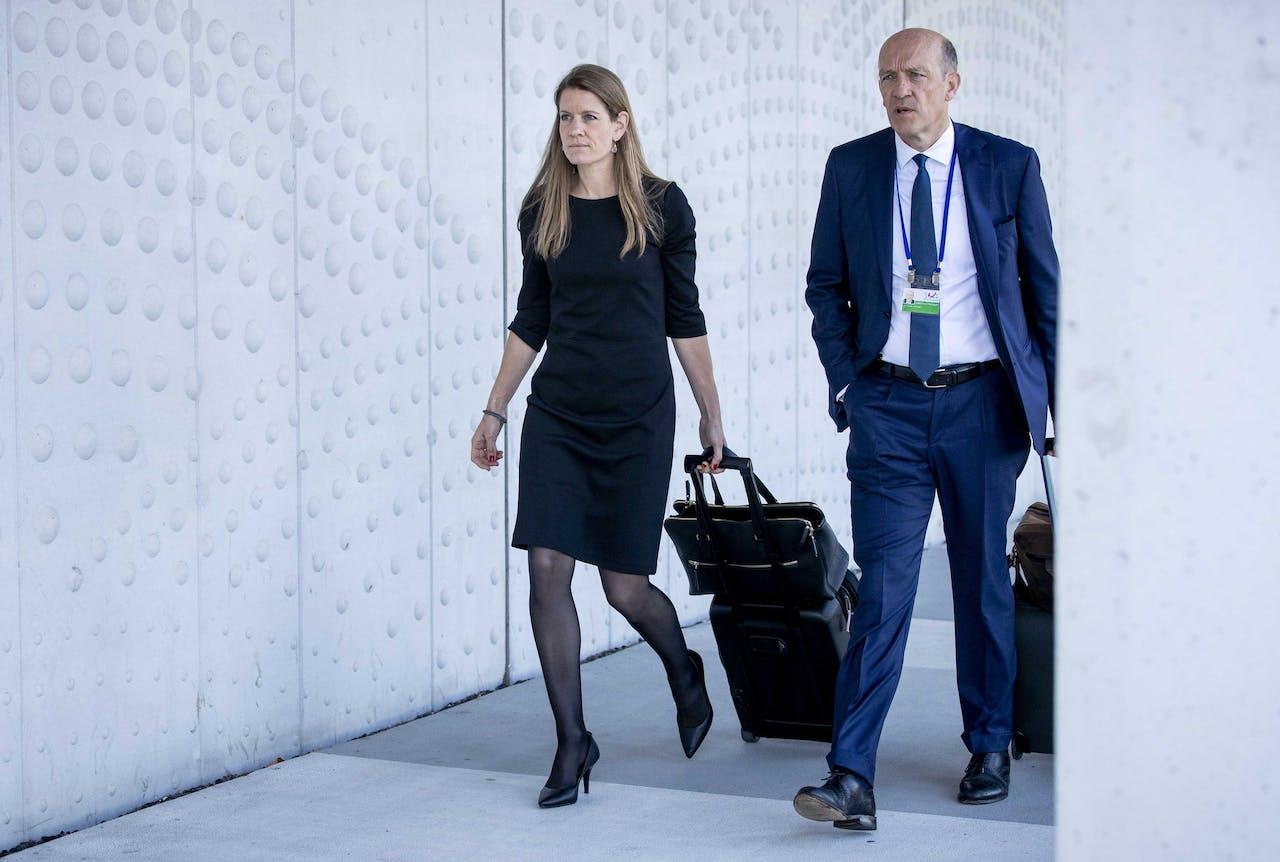 Verdedigers Boudewijn van Eijck en Sabine ten Doesschate arriveren bij de rechtbank