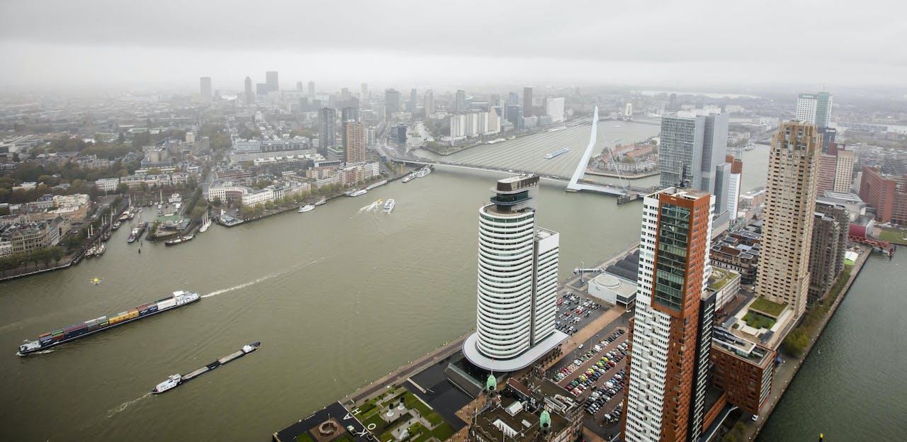 De skyline van Rotterdam, gezien vanuit de lucht.