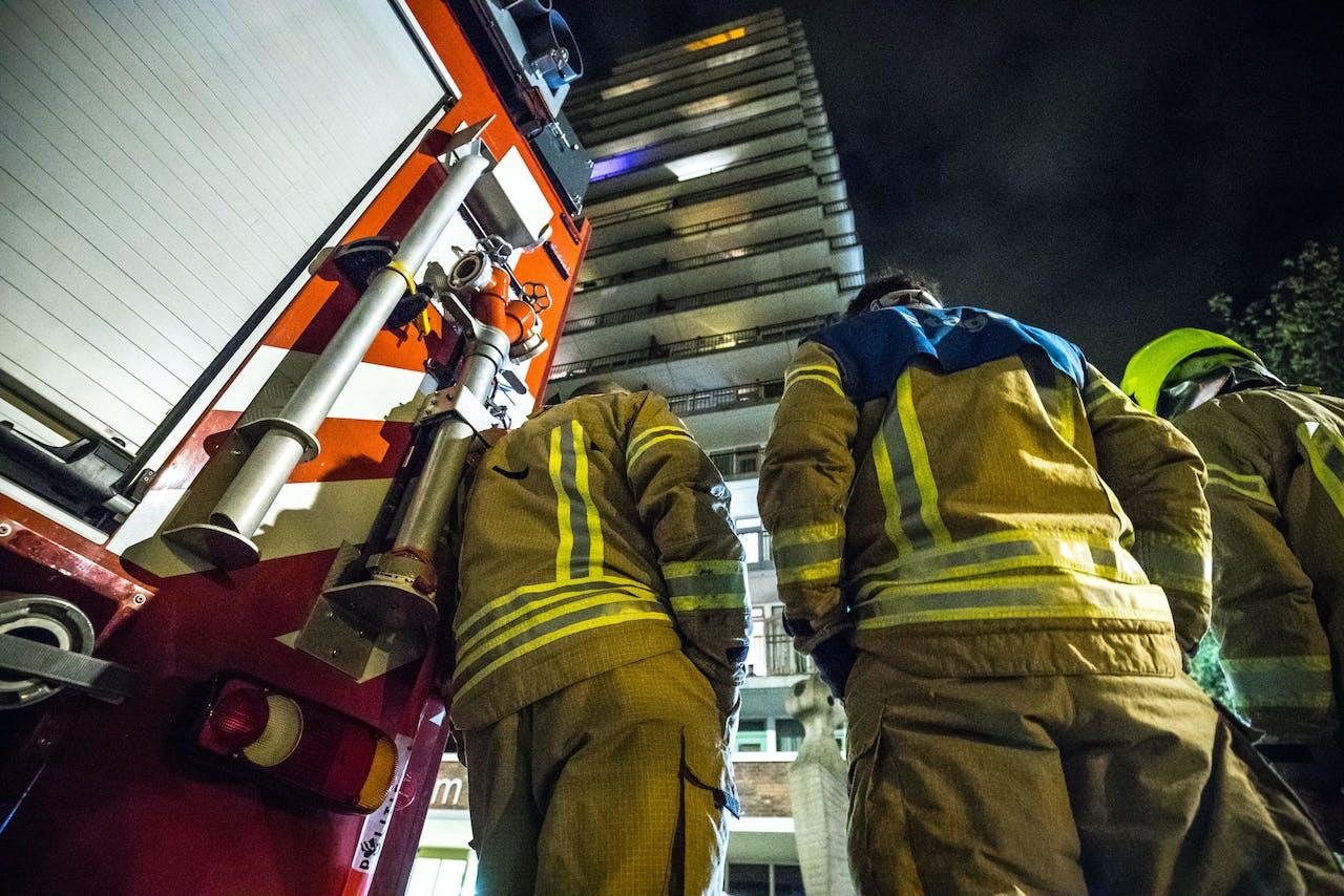 ROTTERDAM - Hulpdiensten bij de flat aan de Soderblomplaats in Rotterdam. Bij de brand zijn een dode en zes gewonden gevallen. ANP ROB ENGELAAR