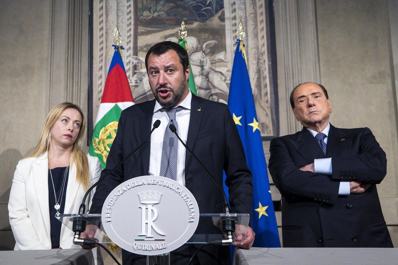 Leider van Lega Matteo Salvini (M) met Forza Italia leider Silvio Berlusconi (R) tijdens de verkiezingen.