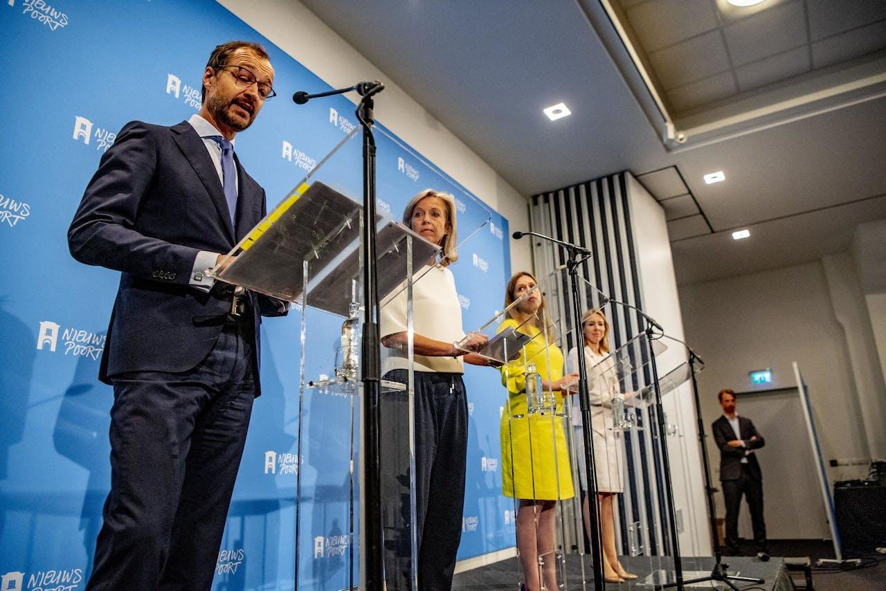 Eric Wiebes, Carola Schouten en Kasja Ollongren en Stientje van Veldhoven tijdens de presentatie van het Klimaatakkoord, een groot pakket maatregelen om de komende decennia de uitstoot van broeikasgassen terug te dringen.