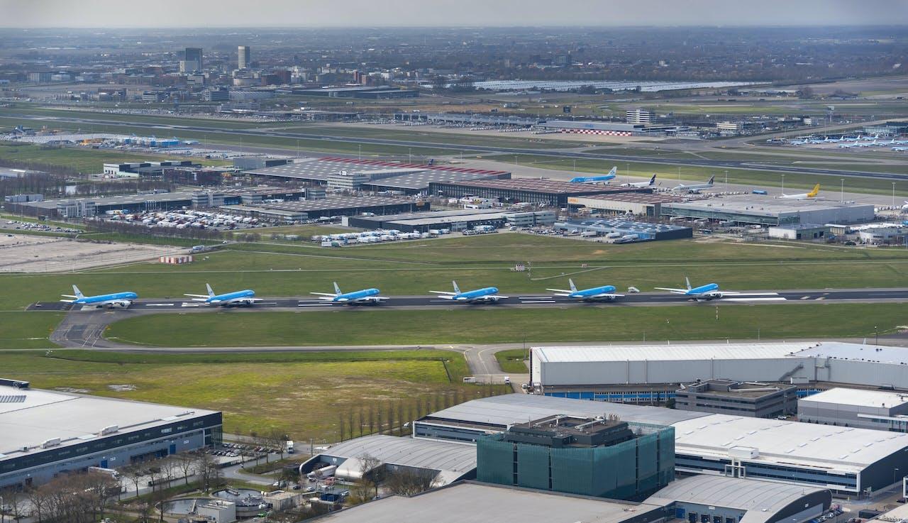 Vliegtuigen van KLM op Aalsmeerbaan geparkeerd.