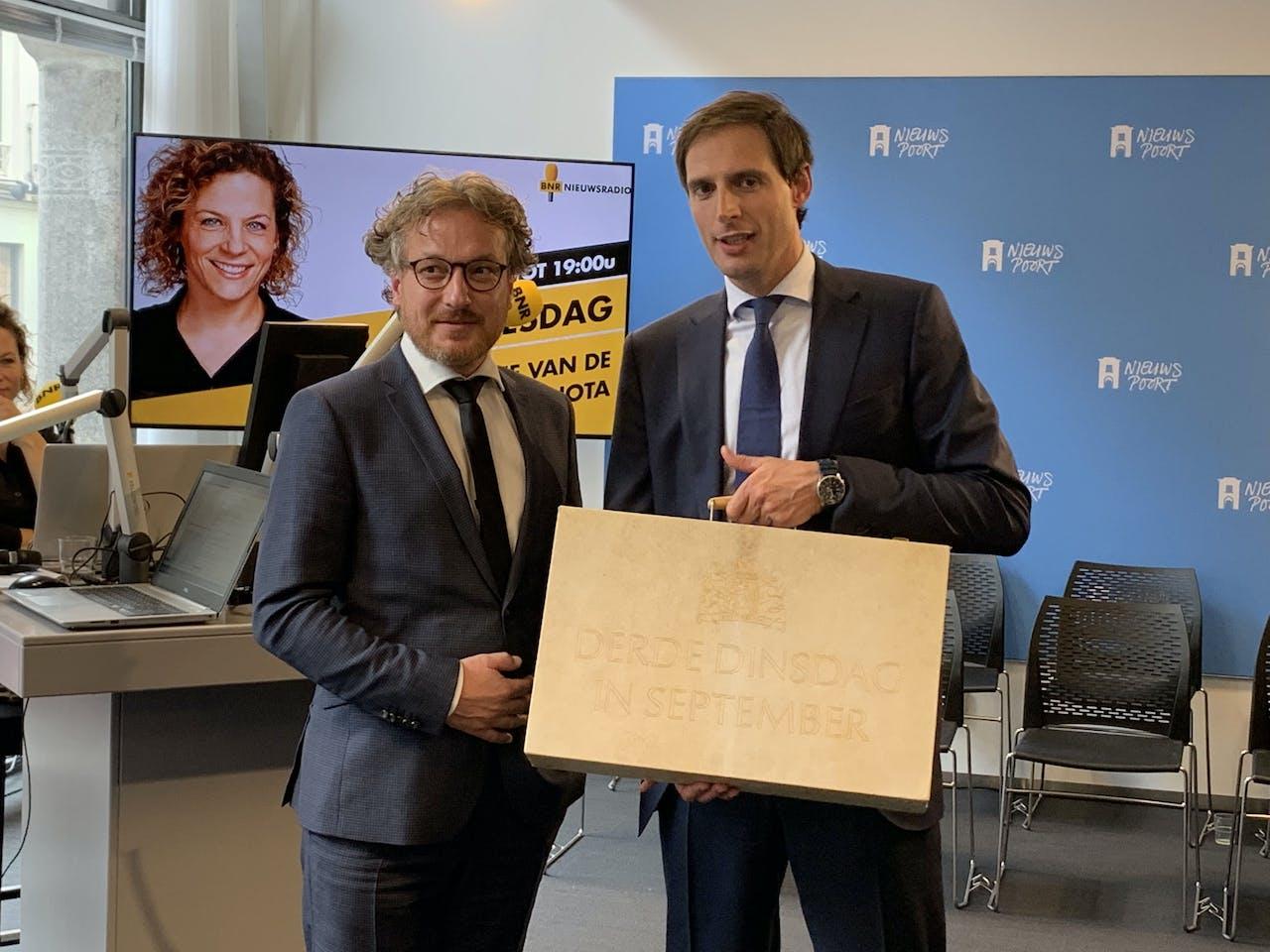 BNR politiek verslaggever Laurens Boven en minister van Financiën Wopke Hoekstra met het koffertje van de Miljoenennota.