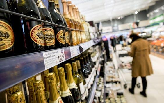 Winkelend publiek in supermarkt Lidl.