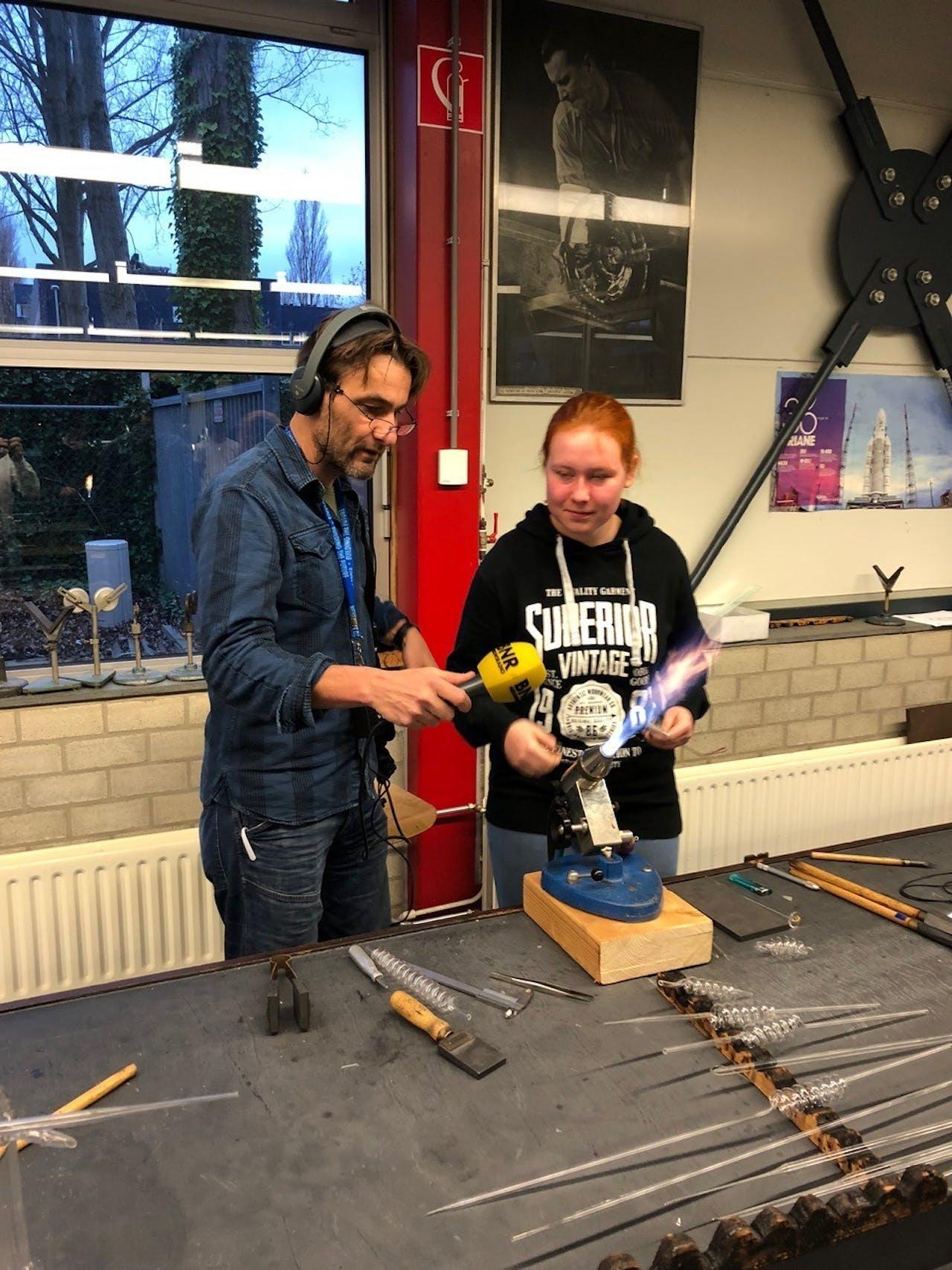 Verslaggever Martijn de Rijk met een scholier van de Leidse instrumentmakers School (LiS)