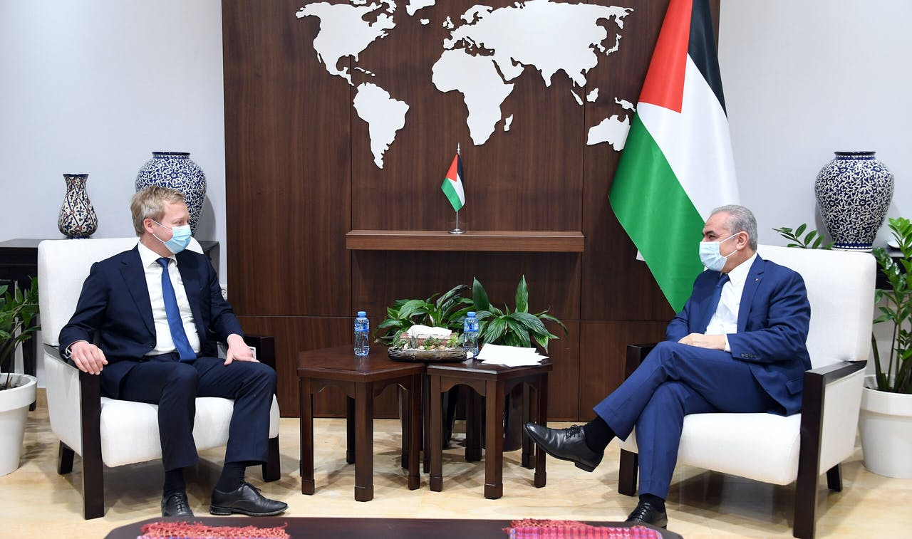 Koopmans spreekt met de Palestijnse premier Ishtayeh