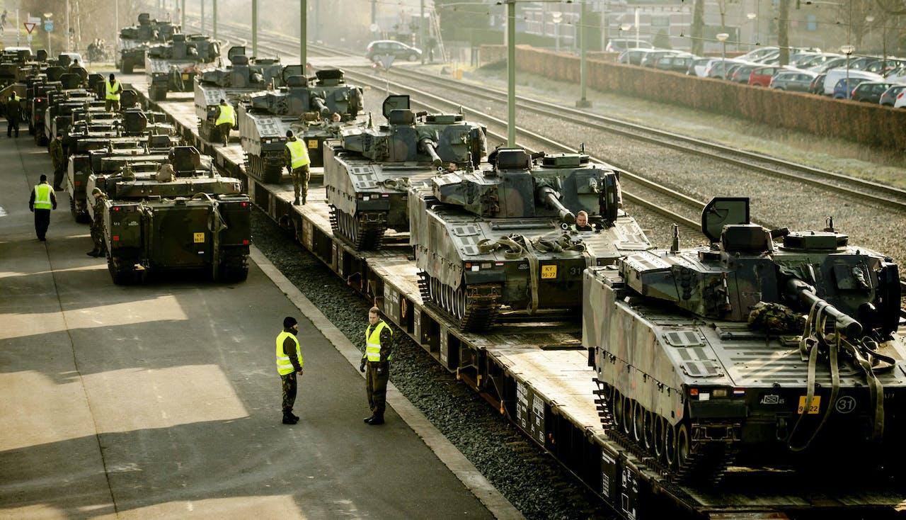 2018-02-08 10:50:28 STEENWIJK - Landmacht voertuigen worden geladen op een trein om vervoerd te worden naar Duitsland voor de NAVO flitsmacht. ANP ROBIN VAN LONKHUIJSEN