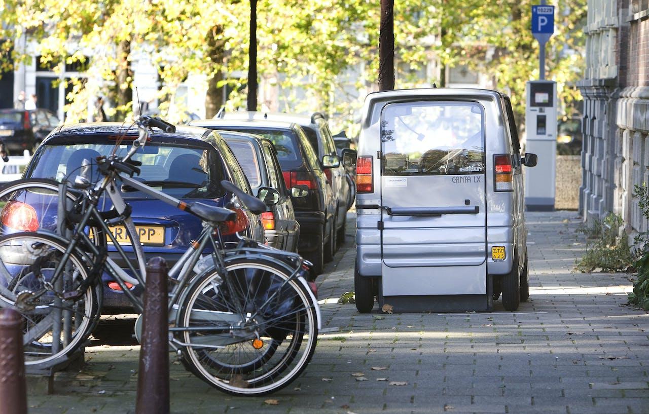 Een Canta-auto op het trottoir in Amsterdam.
