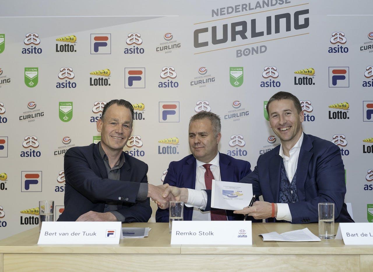 Bart de Liefde feliciteert Bert van der Tuuk Directeur/Eigenaar Sportconfex FILA, met de neiuwe samenwerking