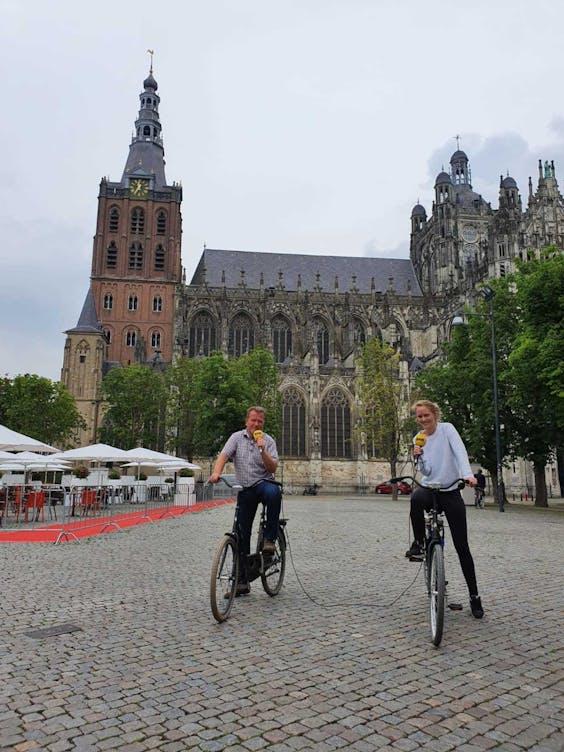Karlijn Meinders op de fiets om de Schwung App uit te proberen in Den Bosch.