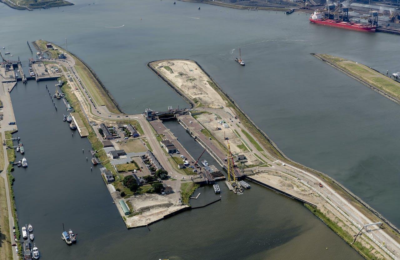 Luchtfoto van de sluis in IJmuiden.