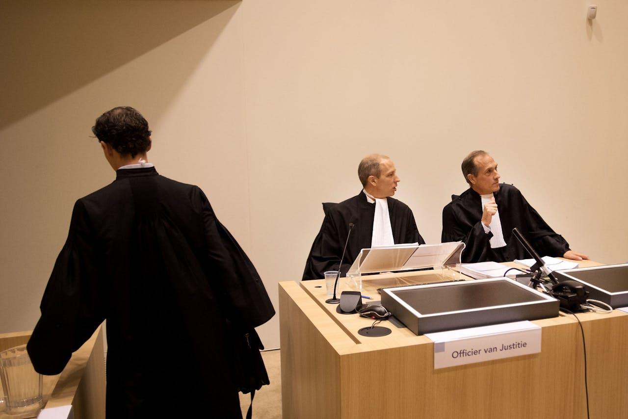 De twee officieren van Justitie in de rechtszaal. In de rechtszaak tegen de twee agenten die verantwoordelijk worden gehouden voor de fatale arrestatie van de Arubaan Mitch Henriquez is de strafeis bekendgemaakt.