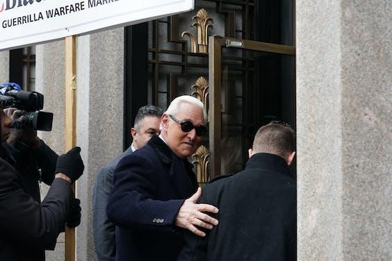 Roger Stone komt aan bij rechtbank in Washington