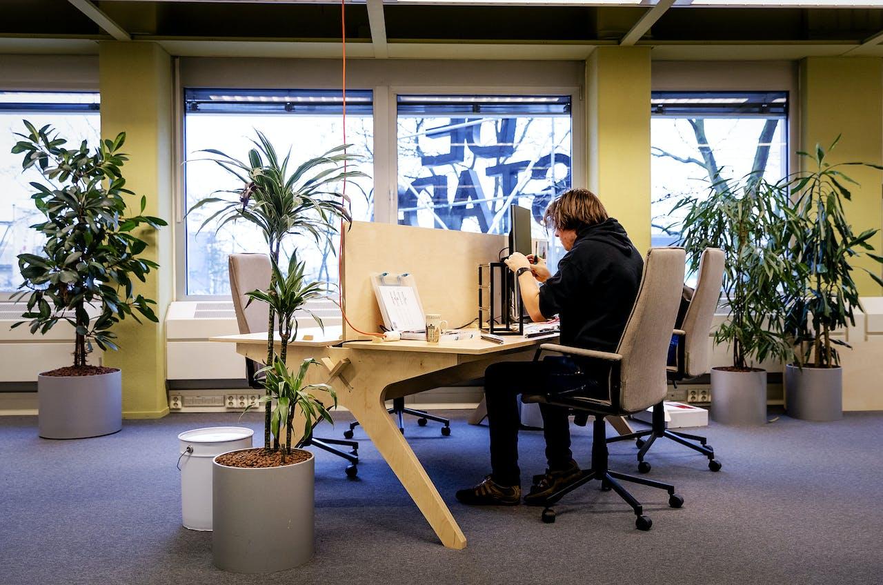 2017-12-13 11:24:26 UTRECHT - In de kantoortuin van De Stadstuin in Utrecht zijn zzp'ers aan het werk. Het aantal eenpersoonsbedrijven in de vier grote steden is in tien jaar meer dan verdubbeld, van 81 duizend in 2007 tot 165 duizend in 2017. Dat meldt het CBS in de nieuwste editie van de Regionale Economie. ANP ROBIN VAN LONKHUIJSEN