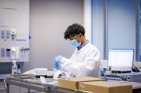 2020-12-10 11:20:26 RIJSWIJK - Het hoog volume laboratorium van Eurofins. In het testlaboratorium zullen per dag tienduizend coronatests worden geanalyseerd. ANP ROBIN VAN LONKHUIJSEN