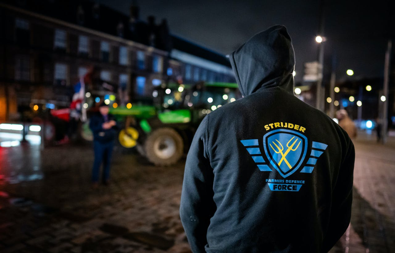 Boeren hebben zich verzameld voor de ingang van het Binnenhof, een dag voor een landelijke boerendemonstratie tegen het stikstofbeleid van het kabinet