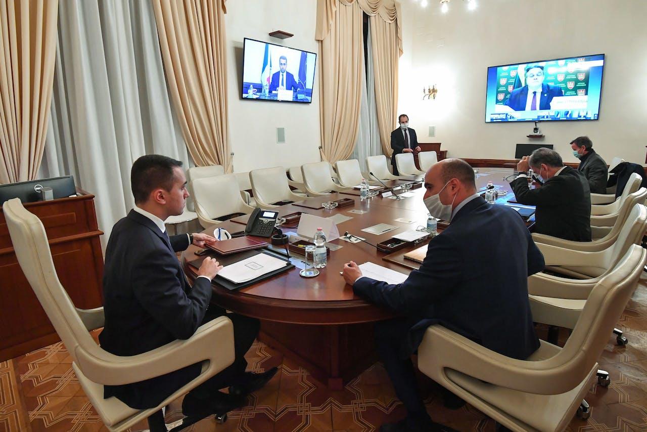 De Italiaanse minister van Buitelandse Zaken, Luigi Di Maio, woont een NAVO-videoconferentie bij met collega ministers uit andere lidstaten.