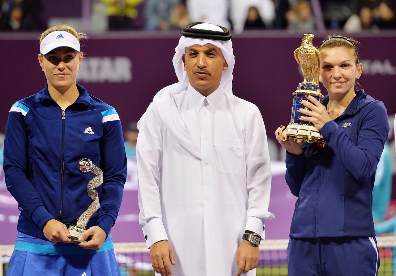 Minister Ali Shareef al-Emadi tijdens de Ladies Open in 2014. Links tennisster Angelique Kerber en rechts winnaar Simona Halep.