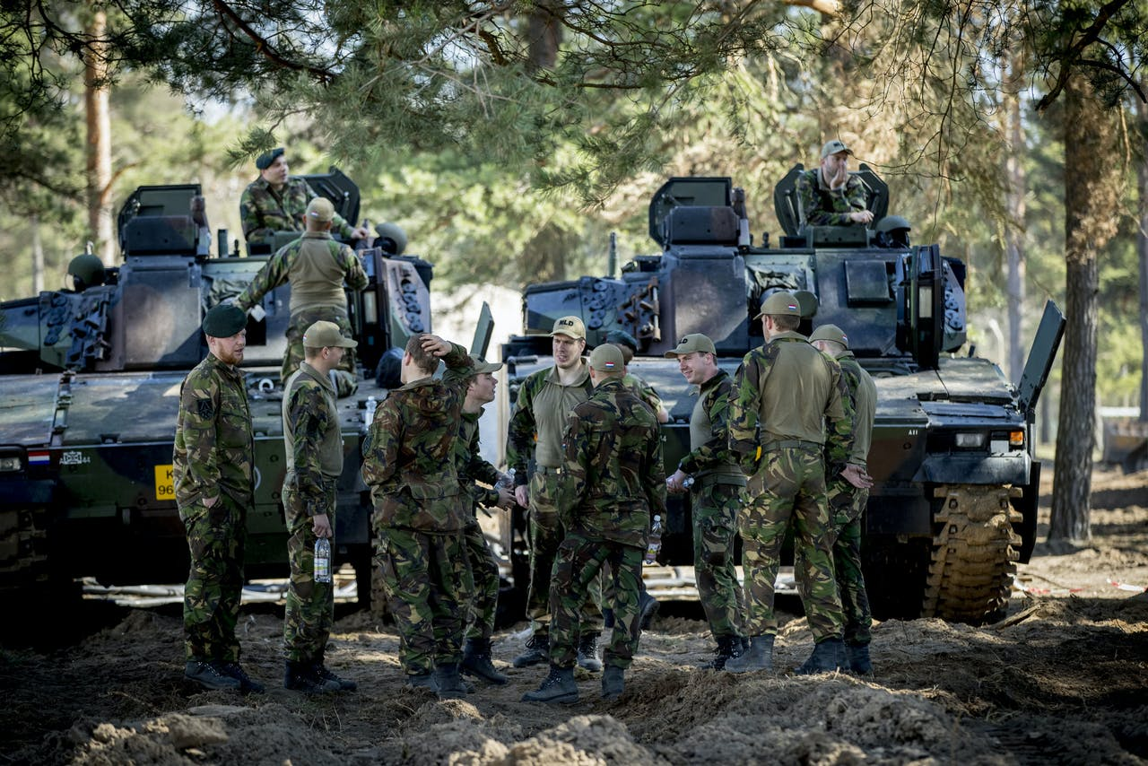 RUKLA - Nederlandse militairen die deelnemen aan de Enhanced Forward Presence aan de Russische grens in Litouwen werken aan de systemen van de voertuigen in de logistiek hub in Rukla. De Nederlandse eenheid maakt deel uit van de versterkte militaire aanwezigheid in Litouwen. Met het sturen van deze troepen onderstreept de NAVO de solidariteit met de Baltische staten en Polen. ANP JERRY LAMPEN
