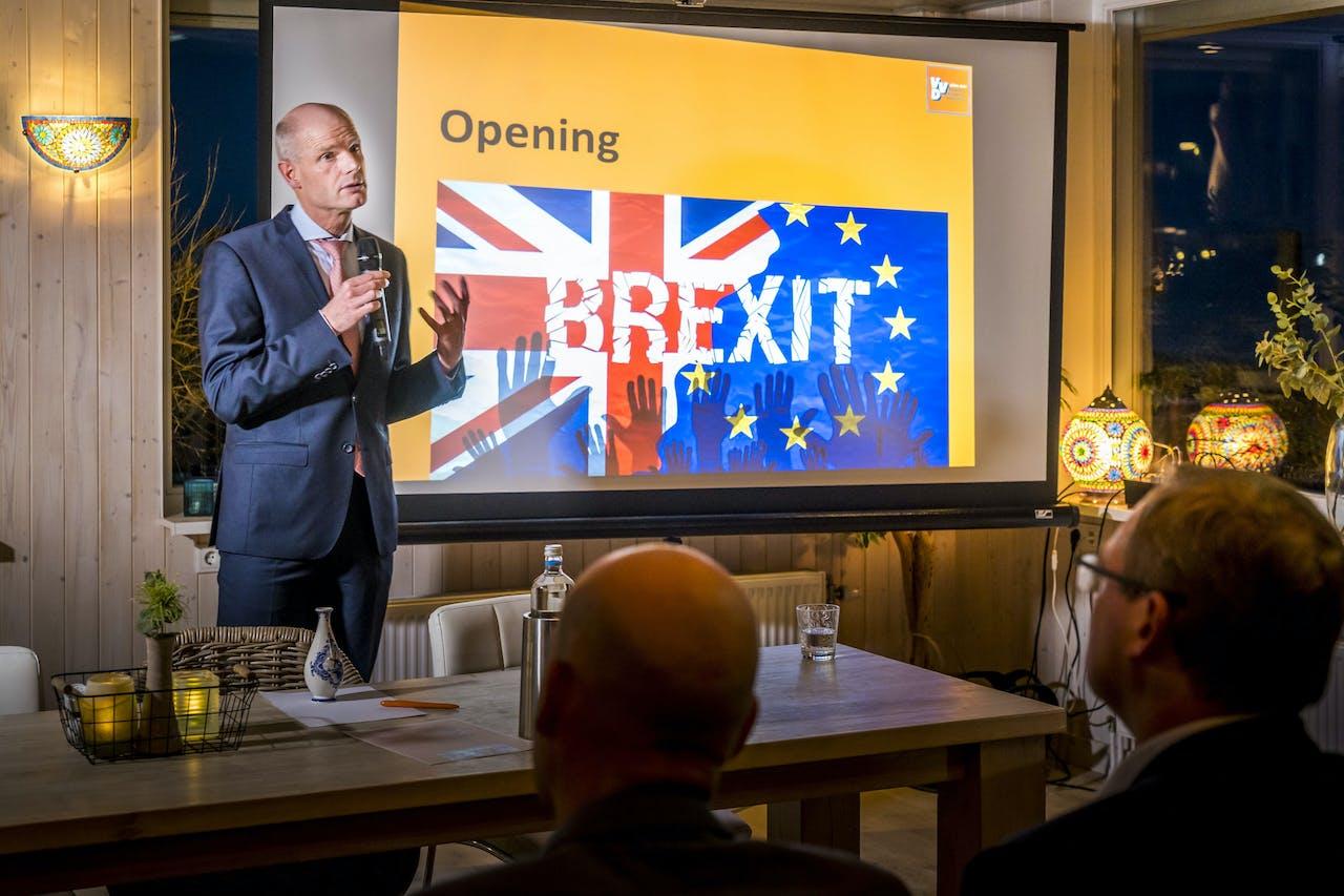 Minister Stef Blok van Buitenlandse Zaken tijdens een gesprek met lokale ondernemers over de gevolgen van de Brexit.