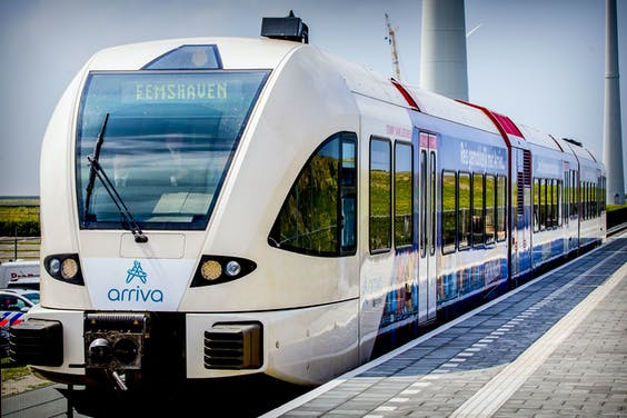 Koning Willem-Alexander tijdens de opening van de nieuwe spoorlijn tussen Roodeschool en Eemshaven.