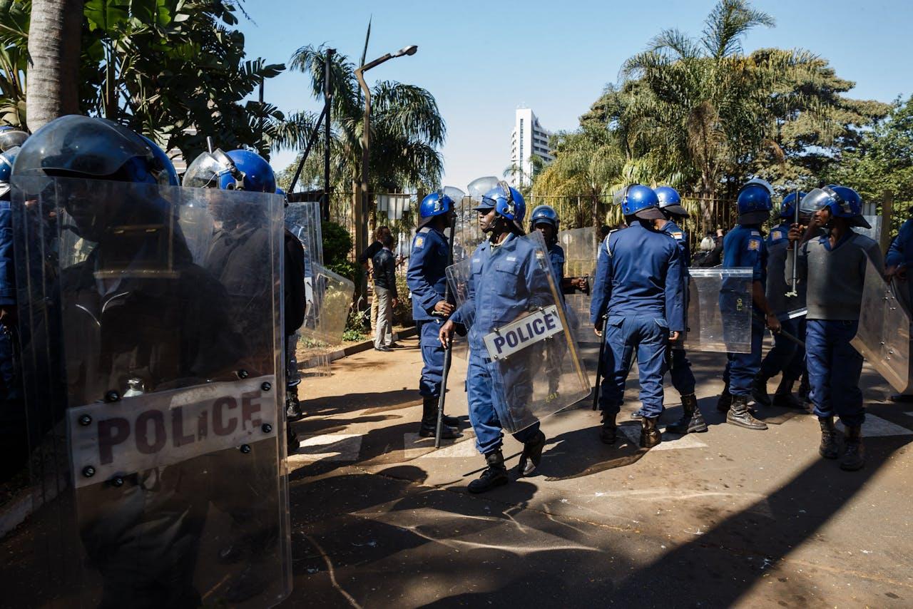 De politie in Zimbabwe bewaakt de ingang van een hotel.