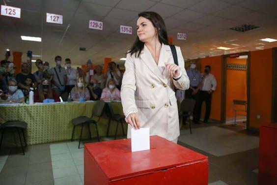 Svetlana Tichanovskaja brengt haar stem uit tijdens de Belarussische presidentsverkiezingen op op 9 augustus.