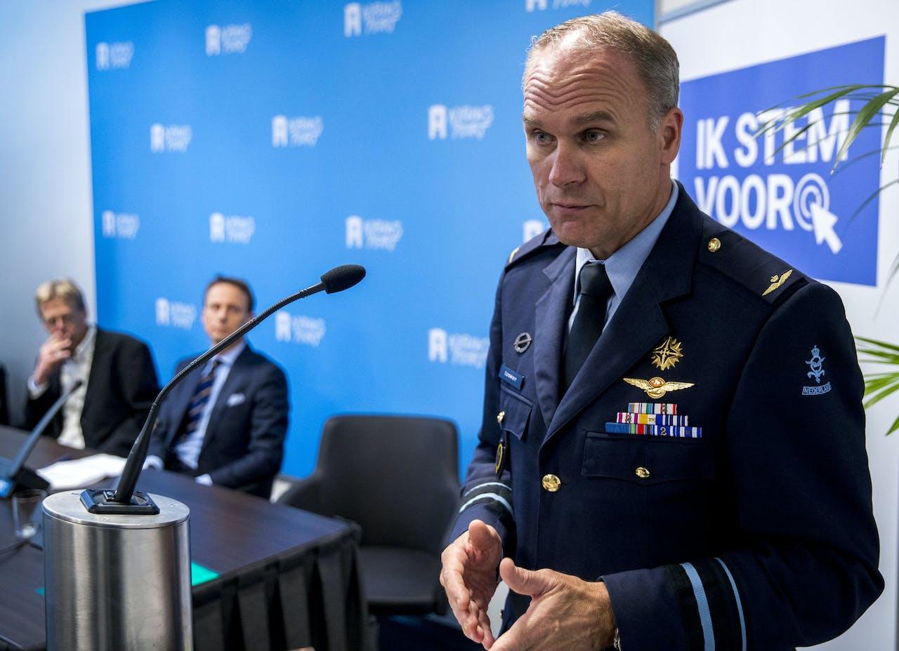 Directeur van de Militaire Inlichtingen- en Veiligheidsdienst, generaal-majoor Onno Eichelsheim tijdens een discussiebijeenkomst in Nieuwspoort over de nieuwe Wiv.