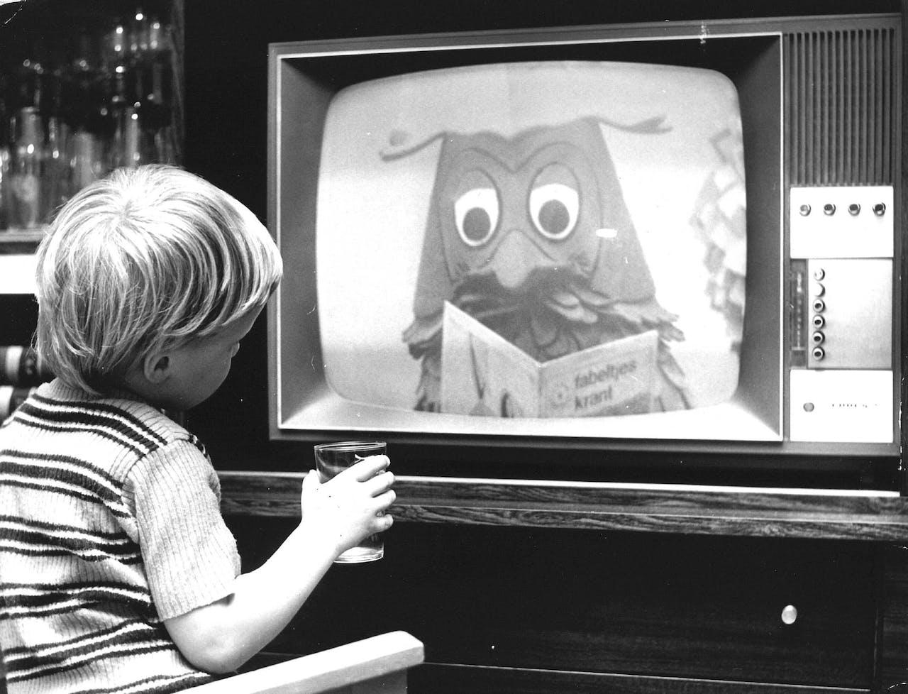 Kijkbuiskind kijkt naar Meneer de Uil uit de Fabeltjeskrant. Beeld uit 1974.