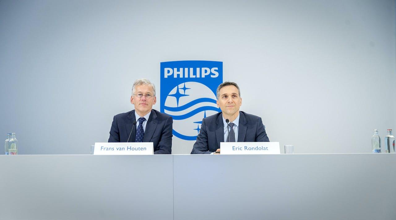 CEO Philips Lighting Eric Rondolat (R) en CEO Frans van Houten bij persconferentie van afdeling Philips Lighting die naar de beurs gaat.